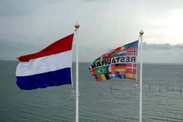 Fahnen im Wind, flatternde Flaggen am Meer