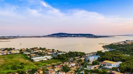 Vue aérienne de Sète et l'étang de Thau au coucher du soleil en Occitania, France