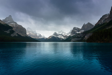 Blue water of Maligne Lake Fototapete