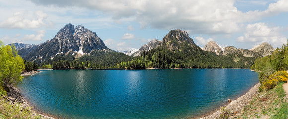 Foto op Plexiglas Groen blauw Estany de Sant Maurici in the Pyrenees Mountains