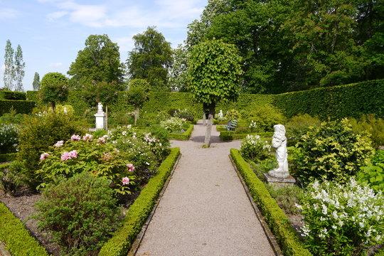 Barocker Heckengarten mit Buchsbaum und Skulpturen