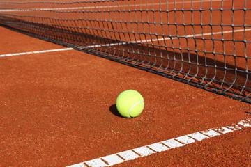 Tennisplatz mit Ball und Netz, Nahaufnahme