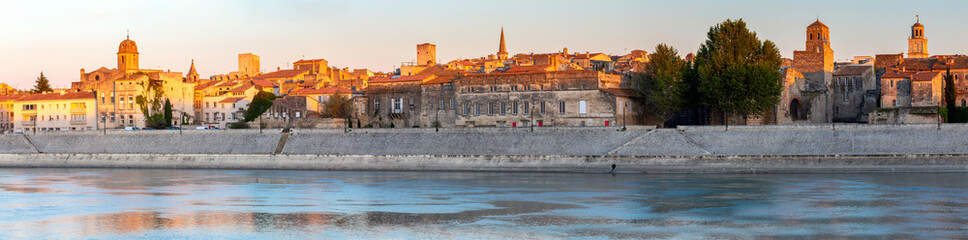 Arles. Panoramic view of the city promenade and the city at sunset. Fototapete