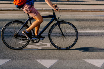 Man riding a bike on a bike lane at dusk Fototapete