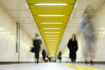 People walking in subway station, Tokyo 人々が行き交う東京の地下鉄駅