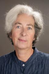 Portrait femme senior 55 ans cheveux gris