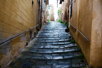 Uliczka w włoskim miasteczku po deszczu