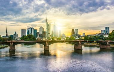 Ignatz-Bubis-Brücker mit Frankfurter Skyline bei Sonnenuntergang