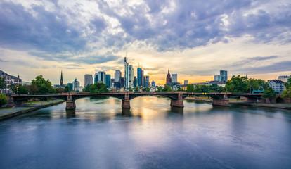 Ignatz-Bubis-Brücker mit Frankfurter Skyline in der Abenddämmerung