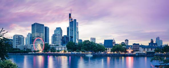 Frankfurter Skyline mit Mainfest am Mainufer