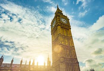 Big Ben Kirchturm in London im Gegenlicht