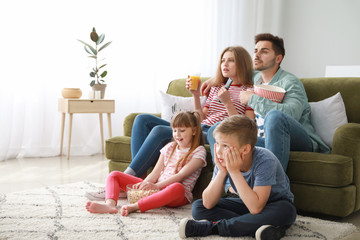Family watching TV at home Fototapete