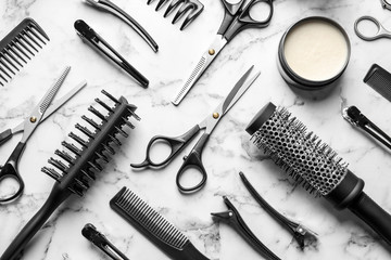 Photo sur Plexiglas Salon de coiffure Flat lay composition with scissors and other hairdresser's accessories on white marble background