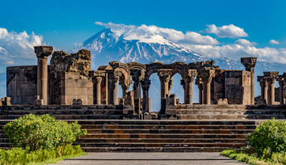 Fotorolgordijn Bedehuis Ruins of the Zvartnos temple in Yerevan, Armenia, with Mt Ararat in the background
