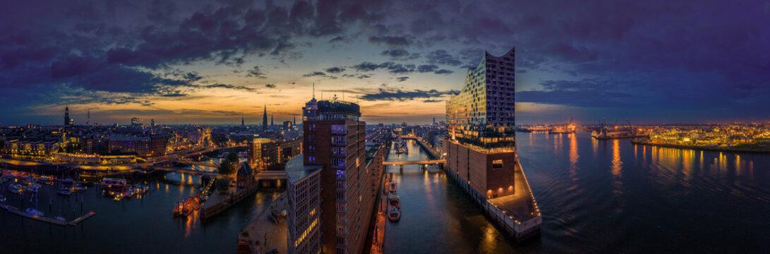 Hamburg Skyline im Sonnenaufgang mit Blick auf die Elbphilarmonie