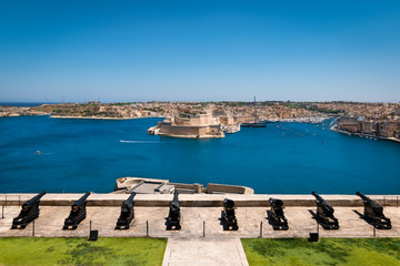 Fotomurales - Grand harbor view of Valletta and medieval cannons of the Saluting Battery, Malta.