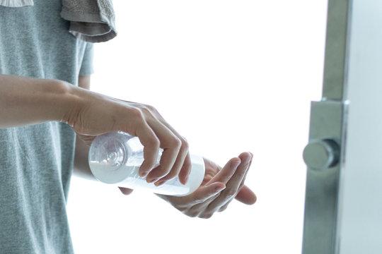化粧水を使う男性の手