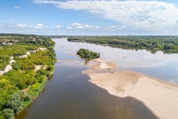 Wisła - rzeka z piaszczystą wyspa i wysokim brzegiem. Krajobraz z lotu ptaka.