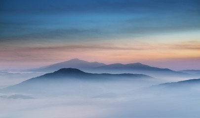 Fototapeta Mglisty Wschód Słońca w Beskidzie Wyspowym  obraz