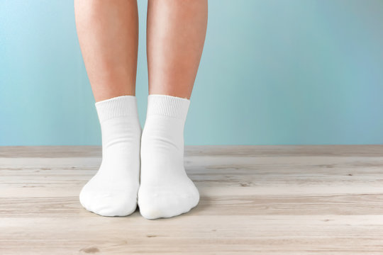 Standing in the room with socks.  靴下で部屋に立っている人