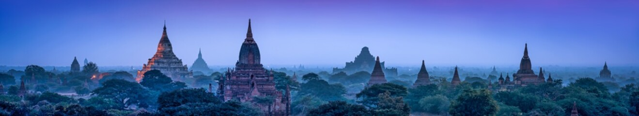 Stores photo Bleu nuit Panorama of the old temples of Bagan at dusk, Myanmar