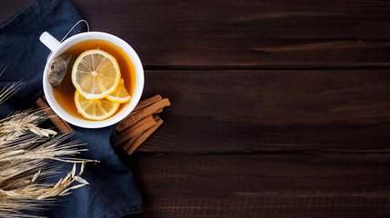 Photo sur Plexiglas The Flat lay view of herbal tea with lemon