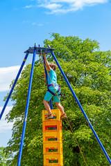 Mutiger Junge beim Klettern - Courageous boy on climbing