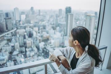 Foto auf Acrylglas Dunkelgrau 街を眺める女性