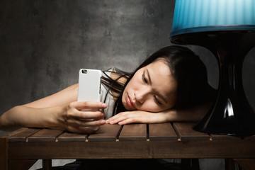 スマートフォン・悩む女性