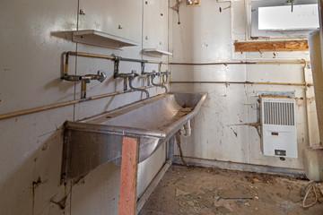 Blick in einen abgewrackten Toilettenwagen