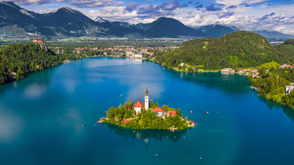 Foto auf AluDibond Insel Bled, Slovenia - Aerial panoramic skyline view of Lake Bled (Blejsko Jezero) with the Pilgrimage Church of the Assumption of Maria, Julian Alps and Bled Castle at background on a sunny summer day