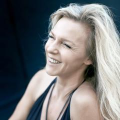 Attraktive reife Frau mit blonden Haaren