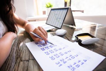 Fototapete - Businesswoman Marking With Pen On Calendar