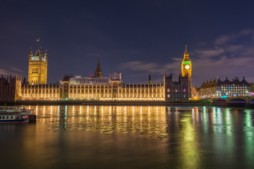 Night photo of the Houses of parliament in London Fototapete