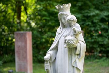 Friedhof - Friedhof - Statue beim Grab Maria und Kind