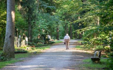 Friedhof - alter Mann beim Friedhofsbesuch