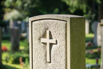 Friedhof - Grabstein mit Kreuz