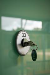 Schlüssel an einem Schließfach mit der Nummer 33