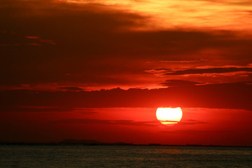 Foto auf Leinwand See sonnenuntergang sunset on red yellow sky back soft evening cloud over horizon sea