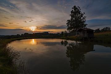 Sonnenuntergang an einem See in Niederbayern, Bayern, Deutschland
