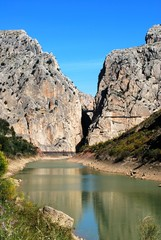 View of the gorge and lake with the Devils Bridge to the rear, El Chorro, Andalusia, Spain.