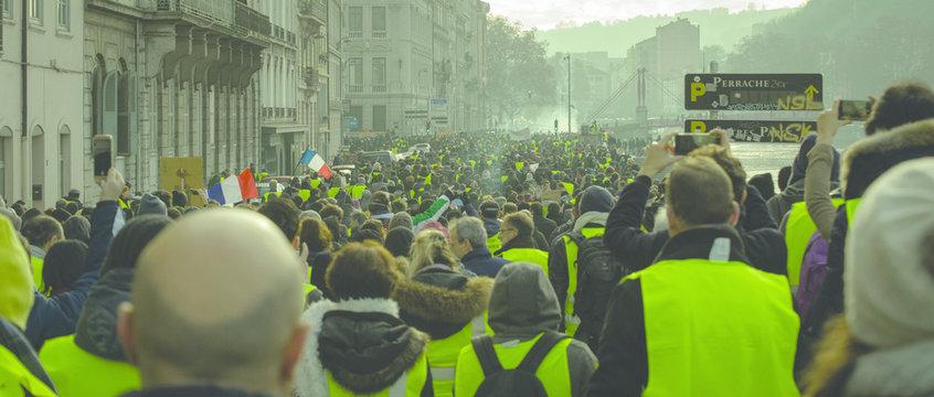 Foule de manifestants gilets jaunes.