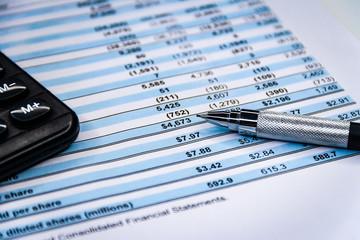 Balance sheet ,pencil, calculator on accountant's desk Fototapete
