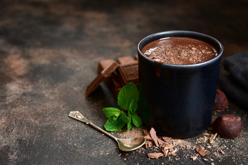 Papiers peints Chocolat Homemade hot chocolate with mint in a black mug.