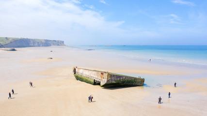 Détail du port artificiel sur la plage à Arromanches-les-Bains avec des gens