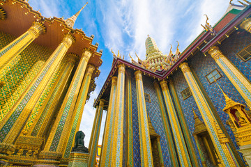 Fotomurales - Emerald buddha temple golden pagoda blue sky with cloud sightseeing in Bangkok