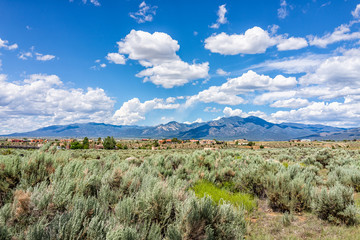 Spoed Fotobehang Olijf View of Taos Sangre de Cristo mountains view from Ranchos de Taos valley and green landscape in summer with clouds