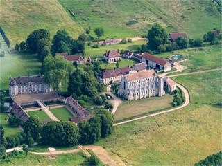 vue aérienne du château et de l'abbaye de Breuil-Benoit dans l'Eure en France