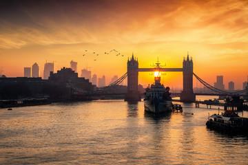 Die Skyline von London bei Sonnenaufgang am Morgen mit der Tower Bridge und den Wolkenkratzern von Canary Wharf, Großbritannien