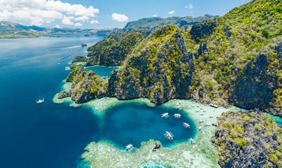 Obraz Widok z lotu ptaka piękne laguny i wapienne falezy Coron, Palawan, Filipiny - fototapety do salonu